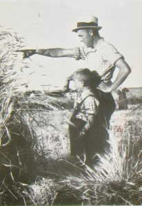 Alfred Kämmler with his son Felix on the fields of Teplitz in Bessarabia 1940, shortly before the re-allocation to Germany (today Poland)